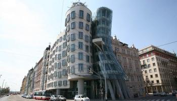 Танцующий дом в Праге фото